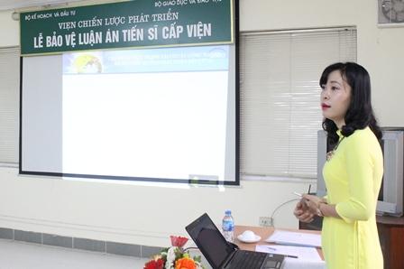 NCS Đặng Thị Thu Giang trình bày tóm tắt luận án trước Hội đồng.
