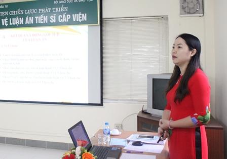 NCS Đàm Thị Hiền trình bày tóm tắt luận án trước Hội đồng.