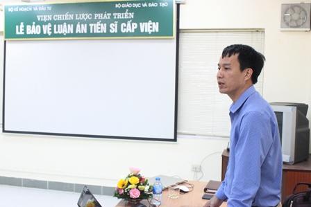 NCS Đoàn Quang Thắng trình bày tóm tắt luận án trước Hội đồng.