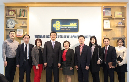 Viện Chiến lược phát triển, Viện Nghiên cứu các vấn đề quốc tế Trung Quốc và Đại sứ quán Trung Quốc chụp ảnh lưu niệm.