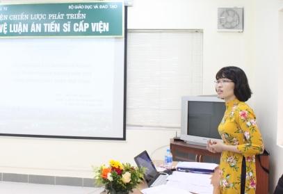 NCS Nguyễn Thị Đông trình bày tóm tắt luận án tiến sĩ trước Hội đồng.
