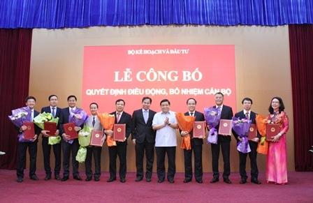 Bộ trưởng Nguyễn Chí Dũng trao Quyết định điều động, bổ nhiệm cho các đồng chí đươc điều động, bổ nhiệm lần này.