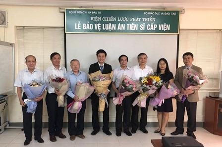 NCS Nguyễn Xuân Thọ chụp ảnh cùng một số thầy cô trong Hội đồng đánh giá luận án tiến sĩ cấp Viện và giáo viên hướng dẫn.