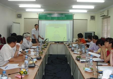 PGS.TS. Giang Thanh Long trình bày tóm tắt báo cáo.