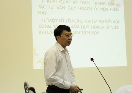 <center>TS. Trần Hồng Quang, Phó Viện trưởng trình bày tại hội thảo.</center>