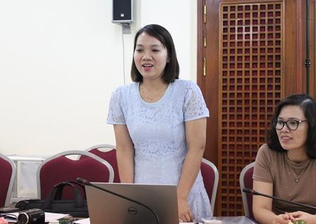 <center>NCS Nguyễn Thị Hằng trình bày các chuyên đề trước Tiểu ban chấm chuyên đề tiến sĩ.</center>