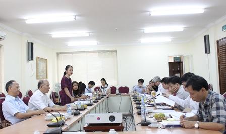 <center>NCS Đặng Thị Thu Giang trình bày tóm tắt Dự thảo luận án tiến sĩ.</center>
