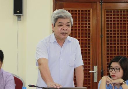 <center> NCS Nguyễn Huy Lương trình bày các chuyên đề trước Tiểu ban chấm chuyên đề tiến sĩ.</center>