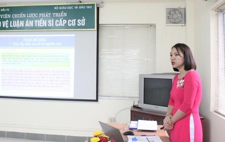 NCS Nguyễn Thị Hằng trình bày tóm tắt luận án trước Hội đồng.