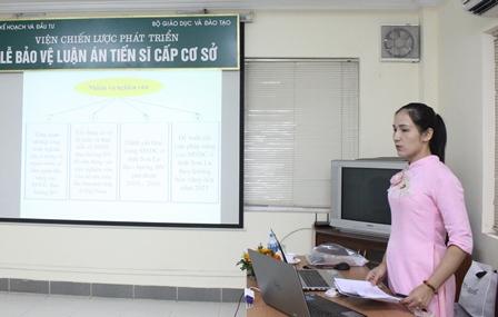 NCS Trần Thị Thanh Hà trình bày tóm tắt luận án tiến sĩ trước Hội đồng.
