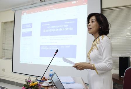 NCS Nguyễn Thị Xuân trình bày luận án trước Hội đồng.