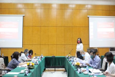 NCS Trần Thị Thu Hà trình bày tóm tắt luận án trước Hội đồng.