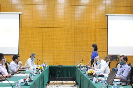 NCS Nguyễn Thị Thu Hương trình bày tóm tắt luận án trước Hội đồng.