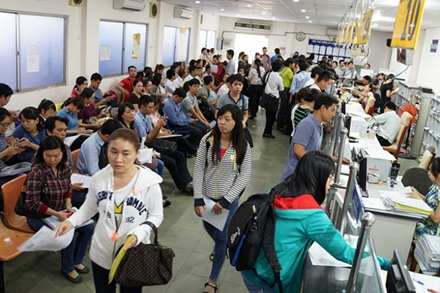 Locals and enterprise representatives register to open up their businesses at the Ho Chi Minh City Department of Planning and Investment. Photo: Thuan Thang