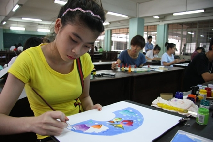 Contestants are pictured doing drawings as part of an entrance exam into the Ho Chi Minh City University of Architecture in this Tuoi Tre file photo.