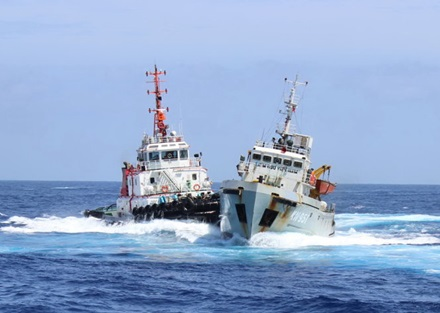 A Vietnamese Fisheries Surveillance vessel (right) was attacked by Chinese boats while it was on duty during China's illegal deployment of an oil rig in Vietnam's seas in May 2014. Photo credit: Van Vung.