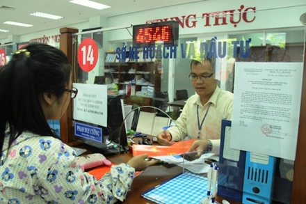 "People visiting the ""one-door"" office at the Administration Center of Danang is receiving quick guidance. In the photo: The procedures at the Department of Planning - Investment Danang - Photo: PHAN THANH"