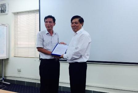 Viện trưởng Bùi Tất Thắng trao Quyết định bổ nhiệm cho đồng chí Kim Quốc Chính.