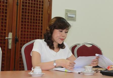 NCS Nguyễn Thị Xuân trình bày các chuyên đề trước Tiểu ban chấm chuyên đề.