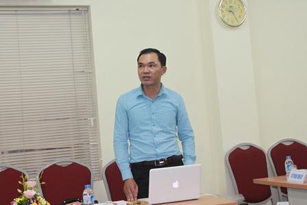 NCS Nguyễn Duy Đồng trình bày tóm tắt luận án trước Hội đồng đánh giá luận án tiến sĩ cấp cơ sở.