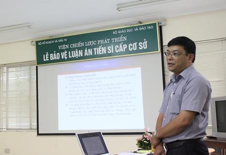 <center>NCS Lê Huy Đoàn trình bày trước Hội đồng đánh giá luận án tiến sĩ.</center>