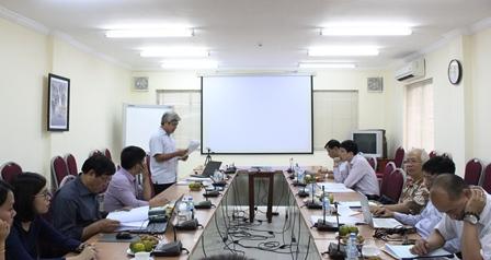 <center>NCS Nguyễn Huy Lương trình bày tóm tắt dự thảo luận án tiến sĩ.</center>