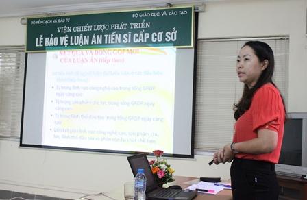 <center>NCS Đàm Thị Hiền trình bày tóm tắt luận án tiến sĩ trước Hội đồng.</center>