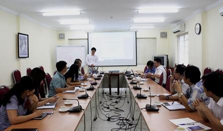 <center>GS. Nguyễn Văn Phú trình bày tại Tọa đàm.</center>