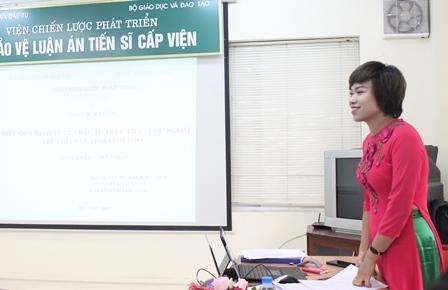 <center> NCS Lâm Thùy Dương bảo vệ trước Hội đồng.</center>