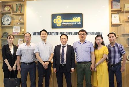 Các chuyên gia Hàn Quốc chụp ảnh kỷ niệm cùng Phó Viện trưởng Đinh Lâm Tấn và một số cán bộ của Viện.