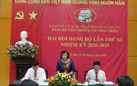 Đồng chí Phan Ngọc Mai Phương, Bí thư Đảng ủy, Phó Viện trưởng Viện Chiến lược phát triển phát biểu tại Đại hội.