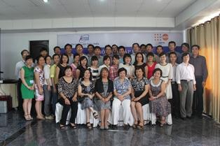 Các học viên chụp ảnh lưu niệm cùng đại diện UNFPA và Viện CLPT.