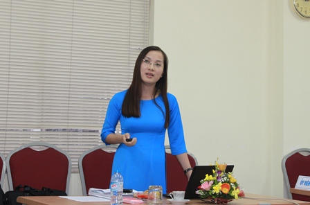 NCS Tạ Thị Kim Dung trình bày tóm tắt luận án trước Hội đồng đánh giá luận án tiến sĩ cấp viện.
