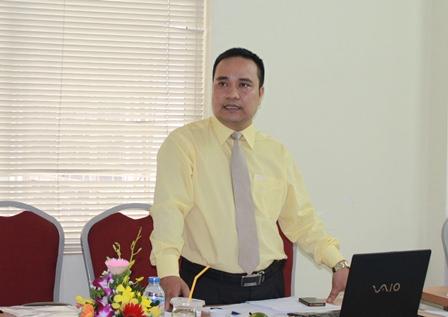 NCS Cao Chu Sơn trình bày tóm tắt luận án tiến sĩ trước Hội đồng đánh giá luận án tiến sĩ cấp Viện.