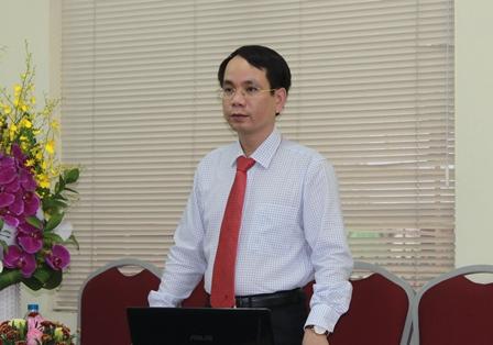 NCS Phan Mạnh Hùng trình bày tóm tắt luận án tiến sĩ trước Hội đồng đánh giá luận án tiến sĩ cấp viện.