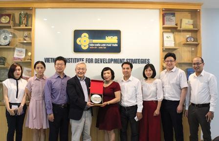 <center>Đoàn cán bộ CIIS chụp ảnh lưu niệm với Phó Viện trưởng Phan Ngọc Mai Phương và các cán bộ Viện Chiến lược phát triển.</center>