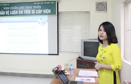 <center>NCS Nguyễn Thị Hồng Hải trình bày tóm tắt luận án trước Hội đồng.</center>