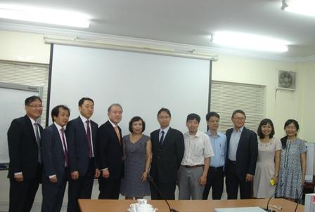 Đoàn cán bộ Công ty Quản lý tài sản Hàn Quốc (KAMCO) chụp ảnh cùng đoàn cán bộ Việt Nam.