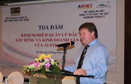 <cnter>Ông Ross Perrett, Tổng Giám đốc Công ty CP Golf An Việt Thoms&#111;n Perrett trình bày tại tọa đàm.</center>