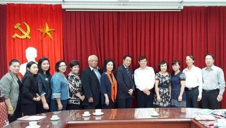 Đoàn khảo sát của Quỹ phát triển nguồn nhân lực quốc tế Thái Lan chụp ảnh cùng Viện trưởng Bùi Tất Thắng và các cán bộ của Viện.