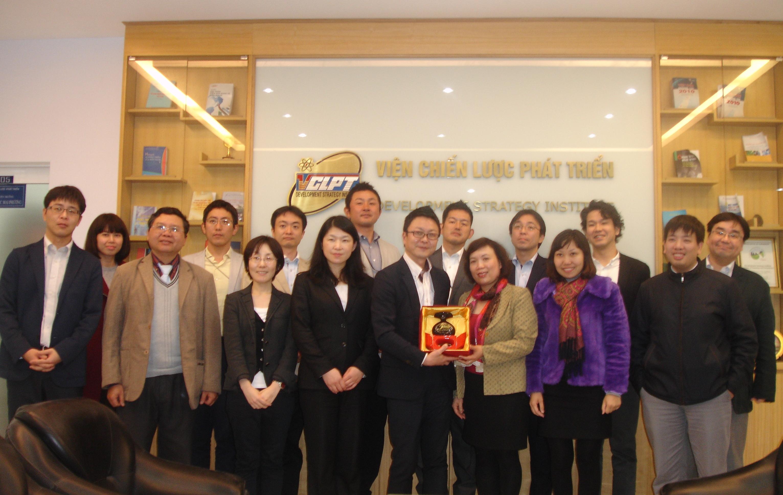 <center>Phó Viện trưởng Phan Ngọc Mai Phương tiếp đoàn Trường Đào tạo kinh doanh Cyber Tekijuku, Nhật Bản (2015)</center>