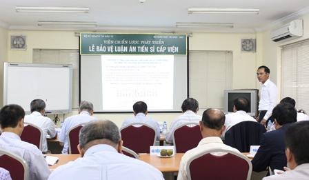 <center>NCS Nguyễn Duy Đồng trình bày tóm tắt luận án tiến sĩ trước Hội đồng.</center>