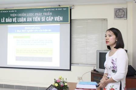 <center>NCS Nguyễn Thị Hằng trình bày tóm tắt luận án trước Hội đồng.</center>