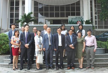 <center>Đoàn cán bộ Hàn Quốc chụp ảnh cùng các cán bộ Viện Chiến lược phát triển.</center>