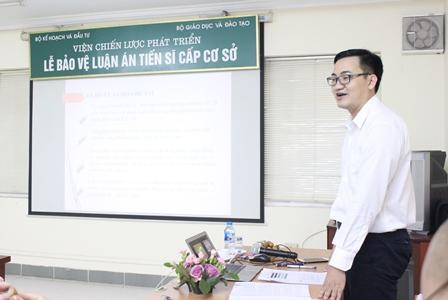 NCS Nguyễn Văn Huy trình bày tóm tắt luận án trước Hội đồng.