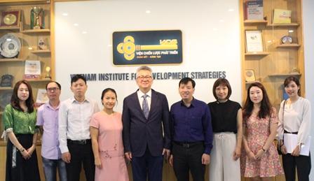 <center>Đoàn chuyên gia Hàn Quốc chụp ảnh cùng cán bộ Viện.</center>