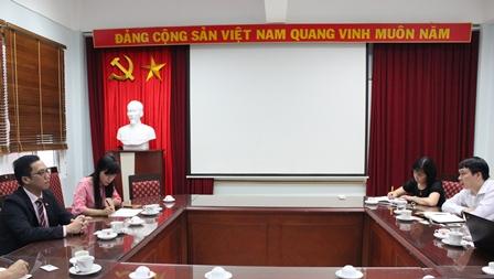 <center> Viện trưởng Trần Hồng Quang làm việc với Phó Đại sứ Singapore ông Tan Weiming.</center>