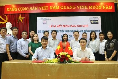 Viện trưởng Lê Đỗ Mười (bên trái) và Viện trưởng Trần Hồng Quang thay mặt lãnh đạo hai Viện Chiến lược ký Biên bản ghi nhớ giữa hai bên